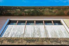 Pared y ventana viejas con el cielo azul Fotografía de archivo libre de regalías