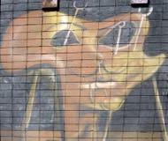 A parede é decorada com o close up abstrato da pintura de casa dos desenhos Detalhe de um grafitti Fragmento para o fundo Urbano  Fotografia de Stock Royalty Free