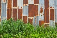 Parede abandonada do vintage do metal, Rusty Zinc Galvanized Iron foto de stock