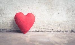 parede abstrata branca do coração vermelho do vintage Imagem de Stock Royalty Free