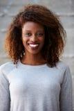 Parede afro-americano de Standing Against Office da mulher de negócios Fotos de Stock Royalty Free