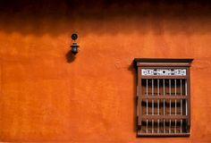 Parede alaranjada minimalista da fachada imagem de stock