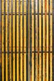 Parede amarela com textura das listras imagens de stock royalty free