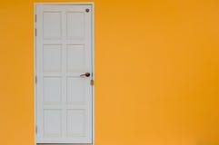 Parede amarela da casa com porta Fotografia de Stock