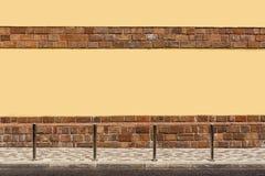 A parede amarela da casa, o passeio na rua, colunas Fotos de Stock Royalty Free