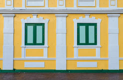 parede amarela das janelas para o fundo Foto de Stock Royalty Free
