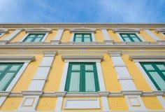 parede amarela das janelas para o fundo Imagens de Stock