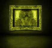 Parede amarela escura com interior do quadro e do assoalho Foto de Stock Royalty Free