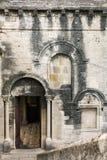 Parede antiga da pedra calcária com janelas arqueadas Imagens de Stock Royalty Free
