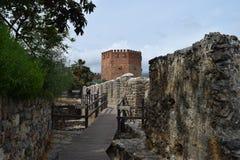 Parede antiga em Alanya e na torre vermelha, Turquia Fotografia de Stock