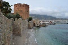 Parede antiga em Alanya e na torre vermelha, Turquia Foto de Stock