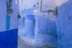 Parede azul bonita em Chefchaouen, Marrocos berber imagens de stock royalty free