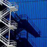 Parede azul com escadaria e sombra brancas Fotos de Stock Royalty Free