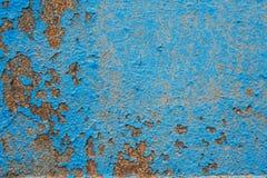 Parede azul pintada velha Fundo Parede gasto lascada rachada com textura da camada do estuque da degrada??o fotos de stock