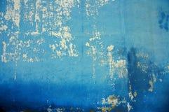 Parede azul rachada velha fotos de stock