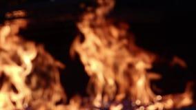 Parede borrada do fogo em um grande soldador vídeos de arquivo