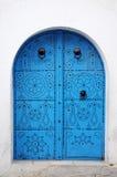 Parede branca com porta azul imagens de stock royalty free