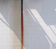 Parede branca com raia e sombra da oxidação Fotografia de Stock