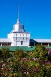 Parede branca com a torre de Tolga Monastery com jardim colorido imagem de stock