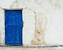 Parede branca da casa velha com porta azul Imagens de Stock