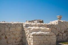 Parede branca de pedra destruída imagens de stock