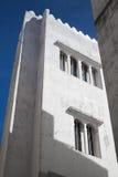 Parede branca e céu azul Madina, Tânger, Marrocos fotografia de stock
