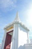 Parede branca enorme do palácio grande, Banguecoque da porta Fotos de Stock Royalty Free