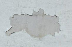 Parede branca velha com caído o emplastro imagens de stock royalty free