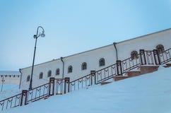 Parede branca velha de uma construção histórica no inverno do russo na escadaria do primeiro plano com uma lanterna Fotografia de Stock Royalty Free