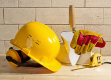 Parede, capacete e pá de pedreiro de tijolo Imagem de Stock