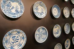 Parede cerâmica decorativa Placas na parede escura fotografia de stock royalty free