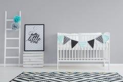Parede cinzenta na sala do bebê fotos de stock