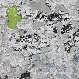 Parede cinzenta rachada com camadas verdes, pretas e azuis de pintura Imagens de Stock Royalty Free
