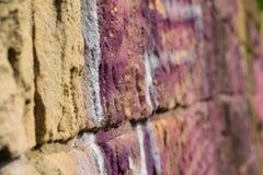 Parede colorida do Grunge áspero velho dos grafittis imagens de stock royalty free