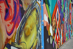 Parede colorida dos grafittis imagens de stock
