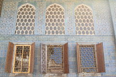 Parede com as janelas no palácio de Topkapi em Istambul Foto de Stock Royalty Free