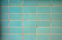 Parede com as telhas retangulares verdes Teste padrão uniforme para um fundo imagens de stock