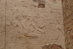 Parede com hieróglifos antigos de Egito, templo de Karnak Imagem de Stock