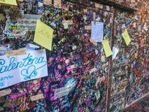 Parede com notas do amor em Verona, Itália ao lado de Juliet's famoso Fotografia de Stock