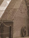 A parede com velho roda dentro o sepia Fotos de Stock
