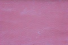 Parede cor-de-rosa com riscos, furos redondos brancos pequenos com sombras e manchas da pintura Textura da superf?cie ?spera imagens de stock royalty free