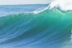 Parede da água da onda de oceano Imagens de Stock Royalty Free