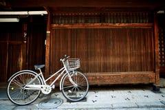 Parede da bicicleta e da madeira Imagens de Stock Royalty Free