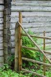 Parede da cabana rústica de madeira e porta de madeira imagem de stock royalty free