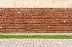 A parede da casa é tijolo vermelho O gramado na frente da casa Rua e passeio Fotos de Stock