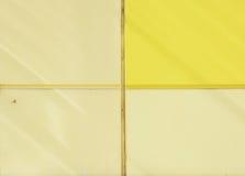 A parede da casa, aparada com os painéis coloridos, pintados em cores brilhantes Amarelo e bege Fotografia de Stock