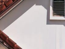 A parede da casa tem Gable Vents das sombras fotografia de stock