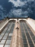 Parede da catedral com janelas imagem de stock royalty free