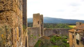 Parede da cidade de Monteriggioni com fundo do céu azul fotos de stock