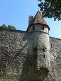 Parede da cidade de Tallinn e uma de suas torres Fotografia de Stock